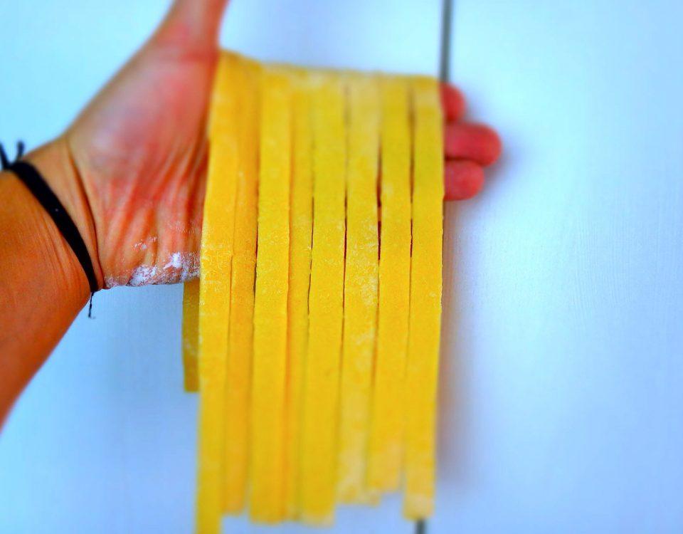 Handgemachte Bandnudeln (ohne Pastagerät)