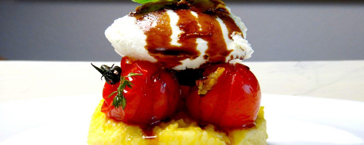 Gegrillter Polenta mit Tomaten und Ziegenkäse
