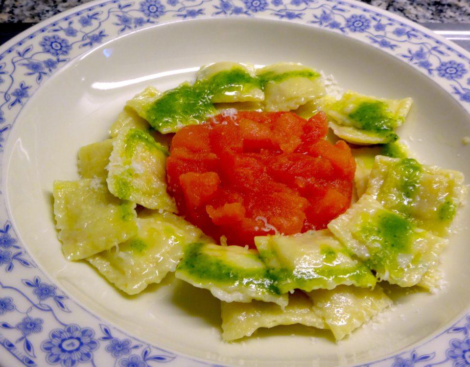 ravioli con ricotta e prosciutto, basilikumpesto & tomaten